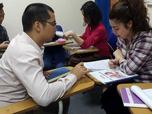 thầy Quang làm việc trực tiếp với học viên